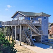 Storm Cottage- Short Walk to Beach- Community Pool & Spa