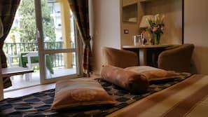 1 slaapkamer, een kluis op de kamer, een bureau, geluiddichte muren