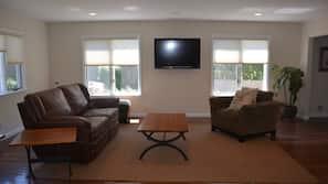 Flat-screen TV, DVD player, stereo