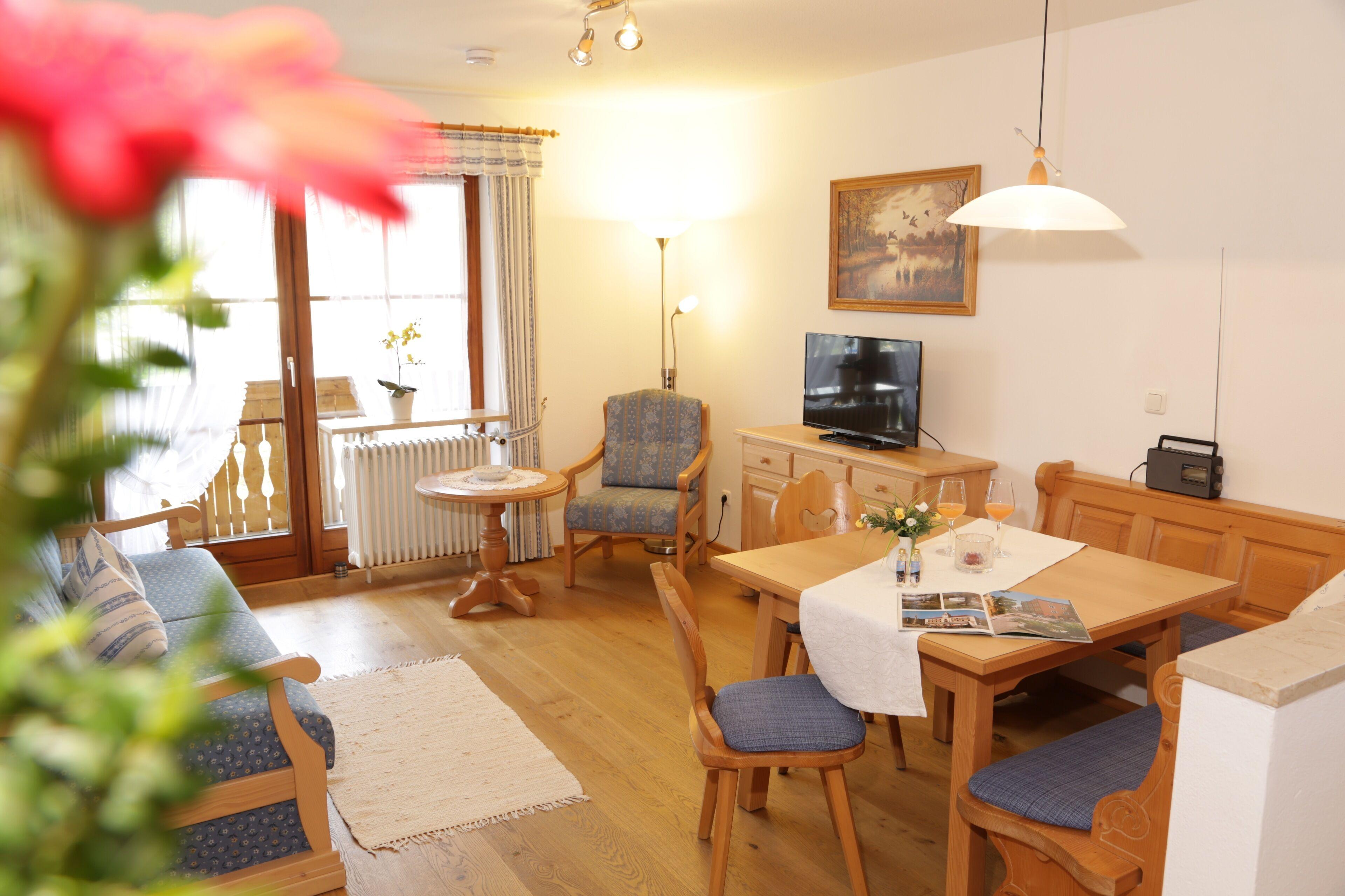 Picture of: Typ B Zweizimmer Ferienwohnung 1 Og Mit Schlafzimmer Wohnzimmer Kuchenzeile Dusche Wc Balkon Piding Tyskland Expedia Dk