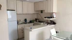 Fridge, oven, stovetop, cookware/dishes/utensils