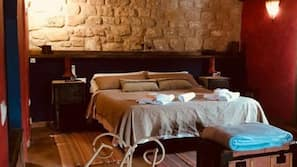 Minibar, cortinas opacas, tabla de planchar con plancha