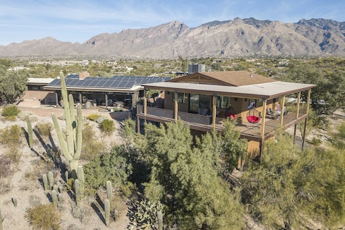 New Hilltop Casita in the Foothills With Surrounding Mountain and City Views!