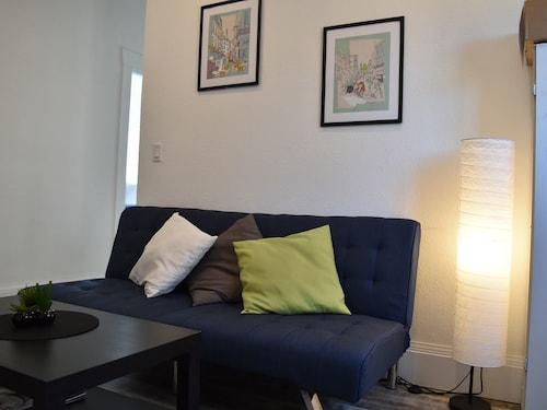 Great Place to stay Entire 2 Bedroom Apt, 5 Mins Walk to Train, 25 Mins Train to Downtown SF near Oakland