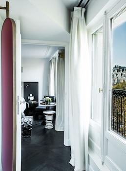11 Place de la Madeleine, 75008 Paris, France.