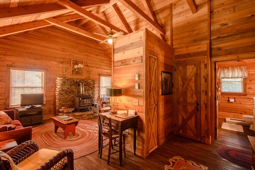 2br, 1BA Cozy Log Cabin Near Blowing Rock, NC, Close to Appalachian Ski Mountain, Sugar Mountain