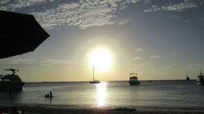 Liegestühle, Sonnenschirme, Strandtücher