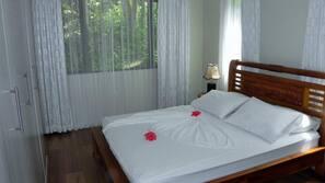 1 bedroom, desk, blackout curtains, soundproofing