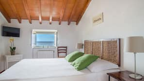 Biancheria da letto di alta qualità, una scrivania, lenzuola
