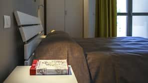 Una scrivania, tende oscuranti, insonorizzazione, Wi-Fi gratuito