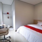 RedDoorz Plus near Mall Pondok Indah