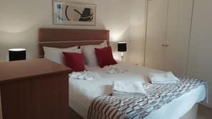 1 sovrum, individuell inredning, unika möbler och arbetsyta för laptop