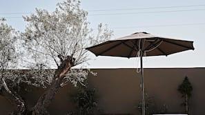 Piscine extérieure (ouverte en saison), parasols de plage
