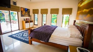 4 kamar tidur, minibar, brankas, dan meja kerja