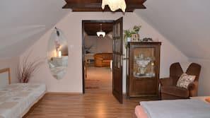 Premium bedding, desk, blackout drapes, free cribs/infant beds