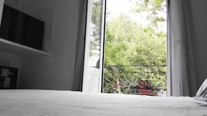 Edredones de plumas, cortinas opacas, tabla de planchar con plancha