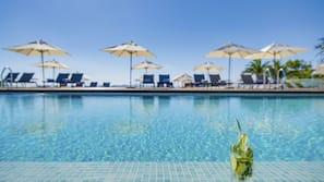 Piscine couverte, piscine extérieure, tentes de plage, parasols de plage