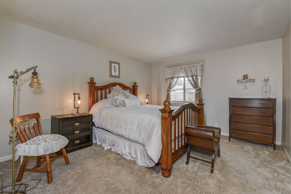 Room, Beautifully Updated. Convenient Central Boise Location