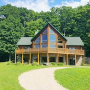 Family-friendly log Home Between Harbor Springs, Petoskey, and Mackinaw Island