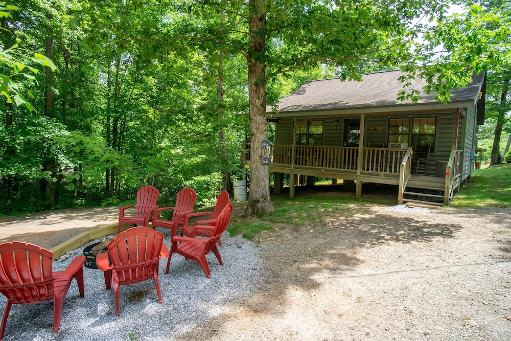 Property Grounds, Cozy Cabin With Hot tub - Short Walk to Downtown. Roku tv