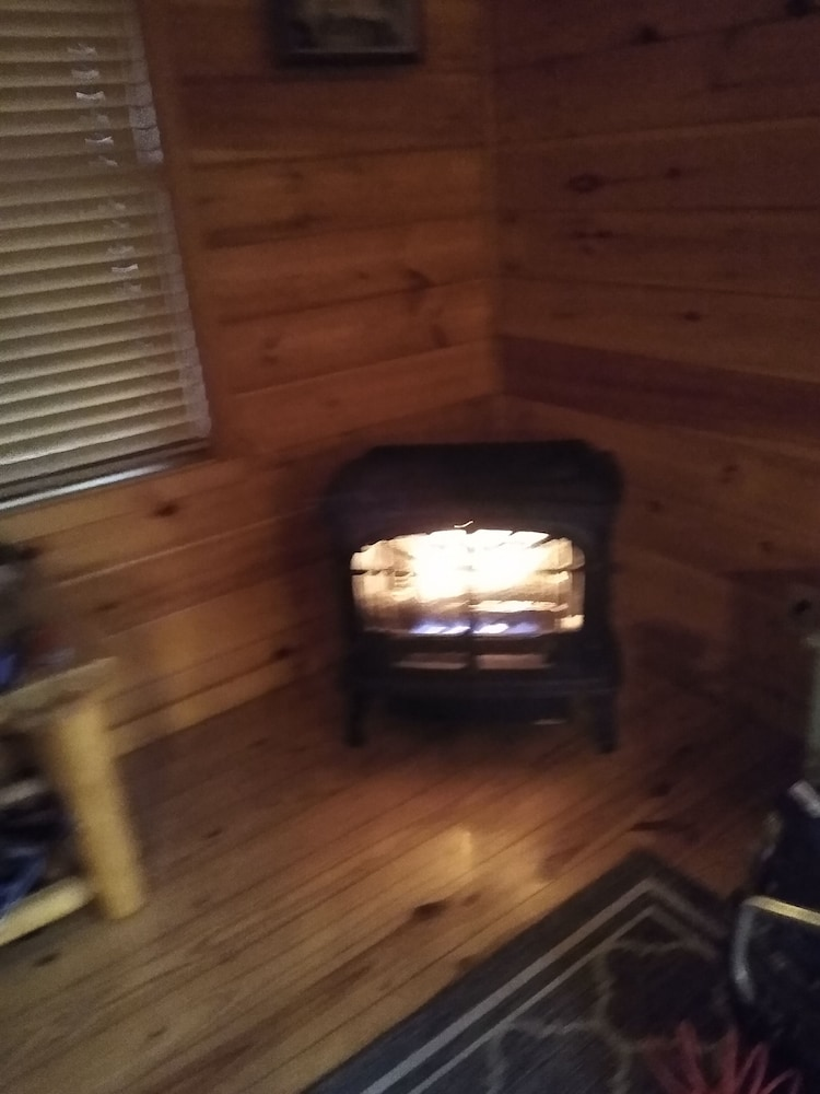 , Cozy Cabin With Hot tub - Short Walk to Downtown. Roku tv