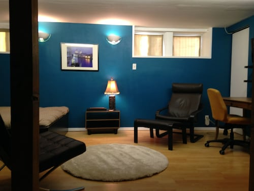 Bright Bachelor Basement Suite In Trendy Inglewood, Calgary