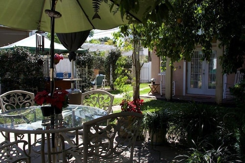 Great Place to stay Near Downtown-carriage House Nestled in a Secret Garden-perfect for a Couple near St Petersburg