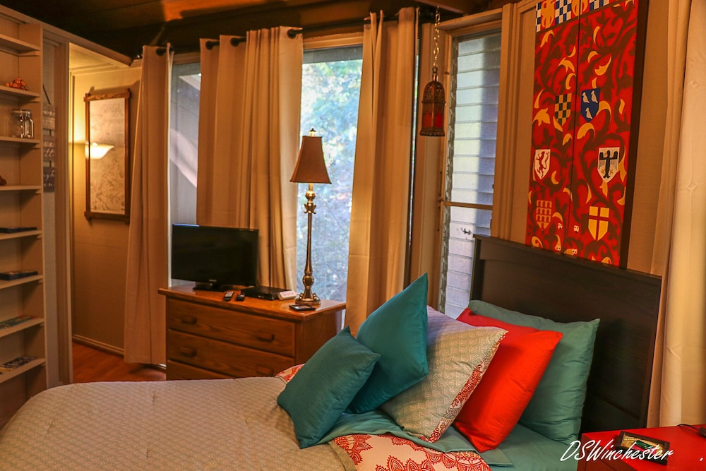 Room, Stay in a Treehouse Near the Great Smoky Mountains - Bryson City, NC
