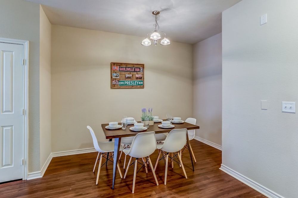 In-Room Dining, Apts at 41st by NamaStay