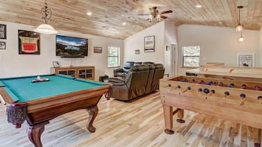 Great for Families, Game Room, Foosball, Pool Table, 20 min to Heavenly, Casino