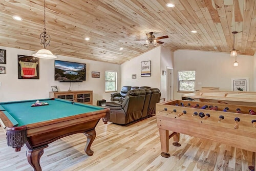 House w/ Game Room, Foosball, Pool Table, 20 min to Heavenly, Casinos, Sierra at