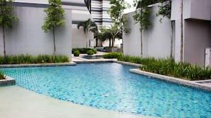 Kolam renang outdoor dan sebuah infinity pool