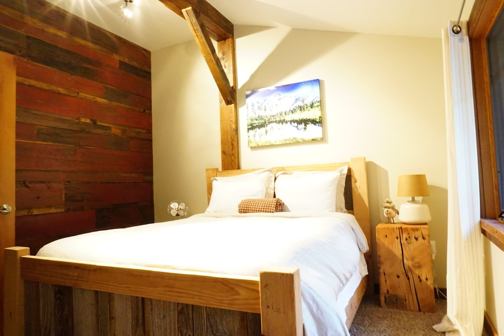 Room, The Knotty Lodge, Luxury Mountain Retreat, Glacier WA, Mt. Baker, Wifi, Hot Tub