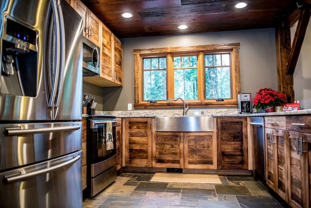 Private Kitchen, The Knotty Lodge, Luxury Mountain Retreat, Glacier WA, Mt. Baker, Wifi, Hot Tub