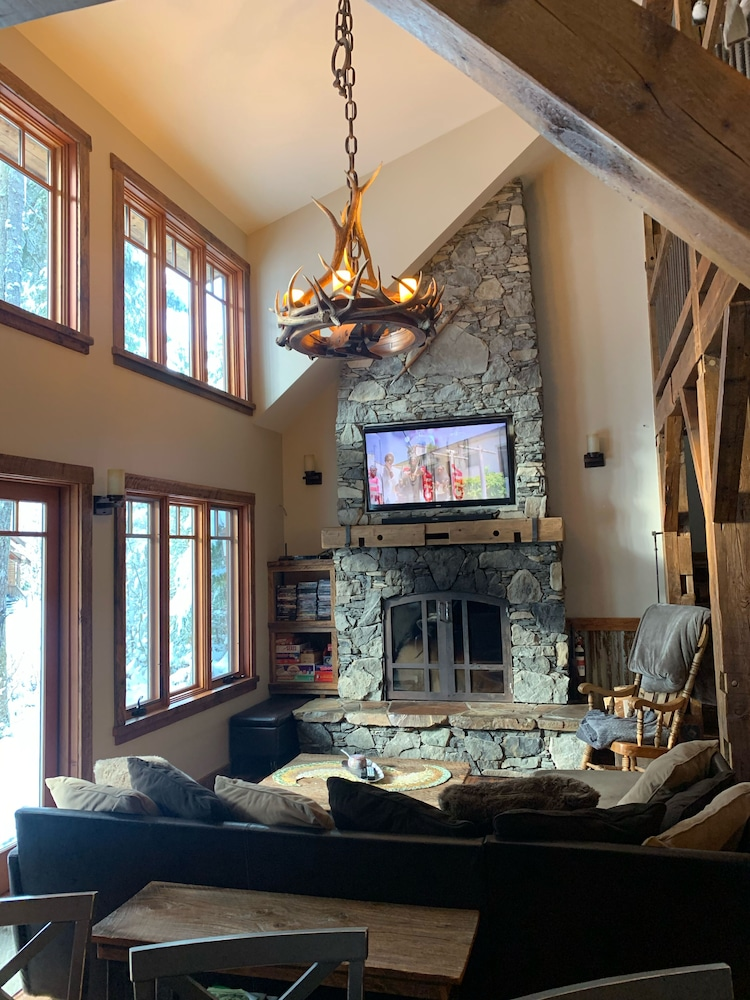 Living Room, The Knotty Lodge, Luxury Mountain Retreat, Glacier WA, Mt. Baker, Wifi, Hot Tub