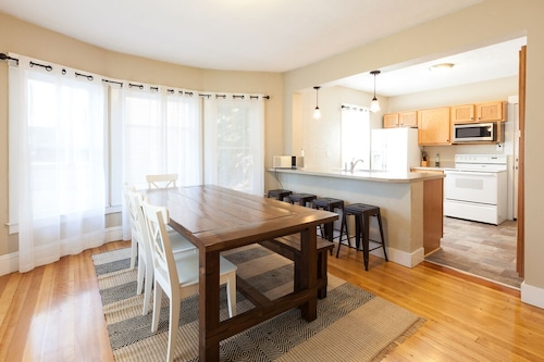 Lucky! You Score a Straight Flush When you Book This Home. Walk to Downtown Hood River