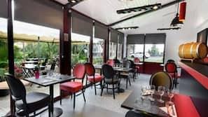 Petit-déjeuner en libre-service (8.90 EUR par personne)