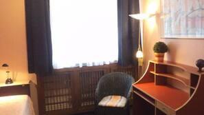 Schreibtisch, Verdunkelungsvorhänge, Bügeleisen/Bügelbrett