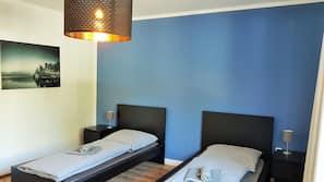 2 Schlafzimmer, Schreibtisch, Bügeleisen/Bügelbrett, Babybetten