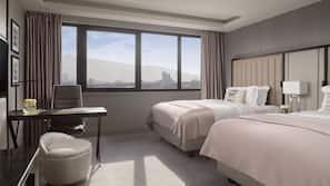 Luxe beddengoed, donzen dekbedden, een kluis op de kamer, een bureau