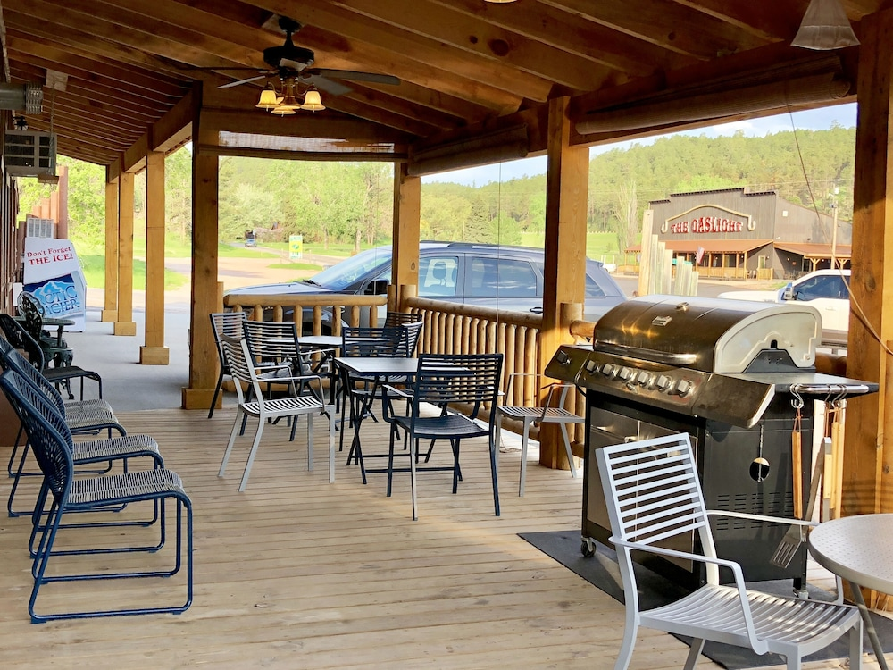 BBQ/Picnic Area, Rockerville Lodge & Cabins