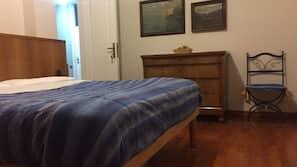 Een bureau, een strijkplank/strijkijzer, gratis wifi