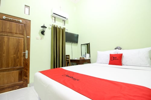 RedDoorz Plus near Taman Sari
