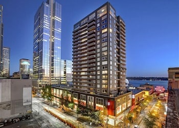 Newmark Seattle Luxury Retreat - One Bedroom Apartment with Balcony
