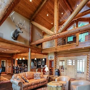 Miracle Lodge - Four Bedroom Cabin with Hot Tub