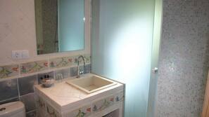 Dusj, regndusjhode, kostnadsfrie toalettartikler og hårføner