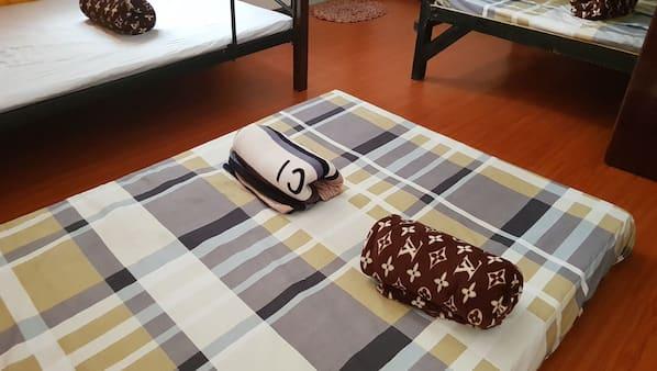 4 bedrooms, desk, rollaway beds, free WiFi