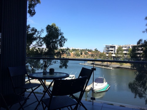 Marina View Apartment on the Maridyrnong River