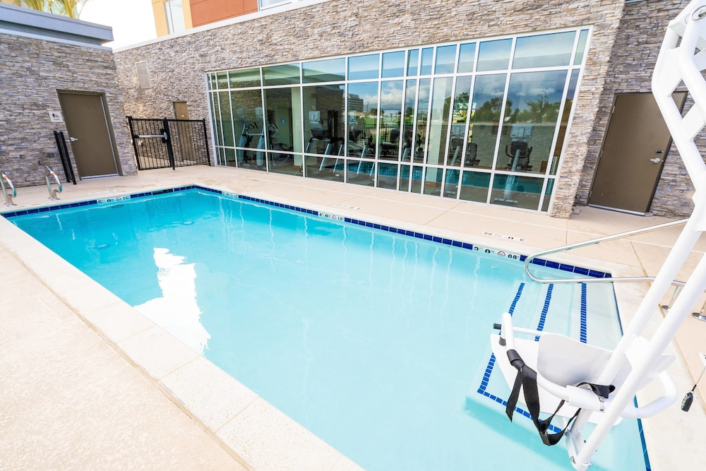 Outdoor Pool, SpringHill Suites by Marriott Ontario Airport/Rancho Cucamonga