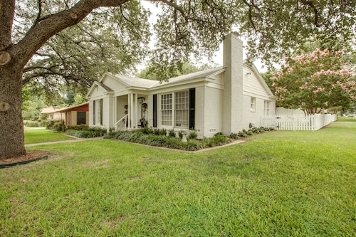 Hilltop Cottage Near TCU and Colonial Golf Course Walk to the Games & Events!